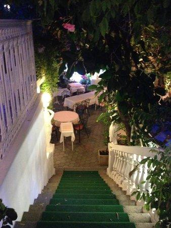 Hotel Le Magnolia : En descendant de la réception pour rejoindre le restaurant et sortir de l'hôtel