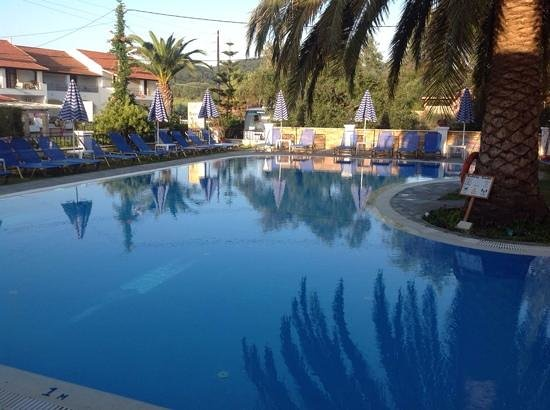 Perros Hotel: Evening at the pool
