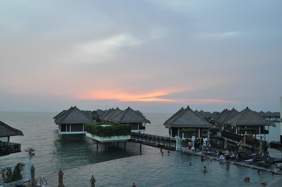 AVANI Sepang Goldcoast Resort : Overlooking the pool and sunset