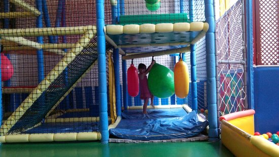 H10 Las Palmeras : parque infantil con piscina de bolas