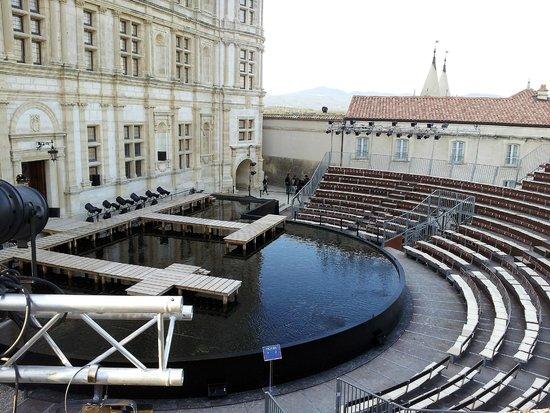 Chateau de Grignan: La scène devant le palais