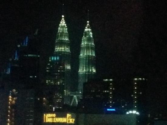 Hotel Royal Kuala Lumpur: Room view of Petronas Towers at night