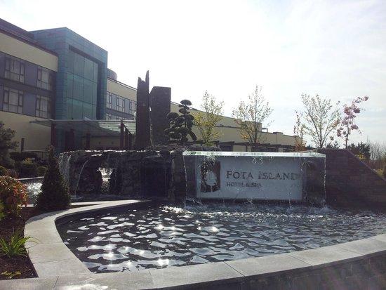 Fota Island Resort: New fountain outside