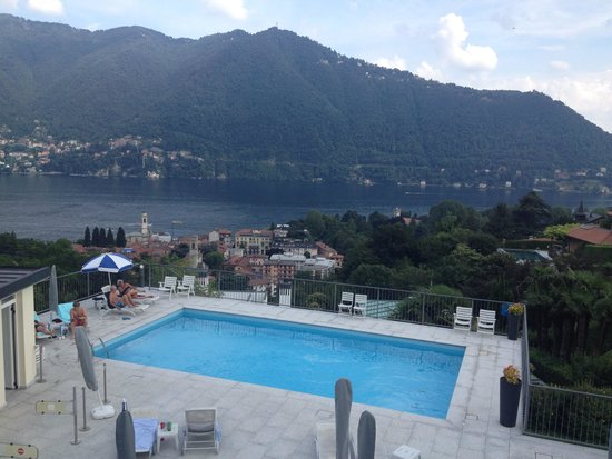 Asnigo Hotel: Piscina con vista lago