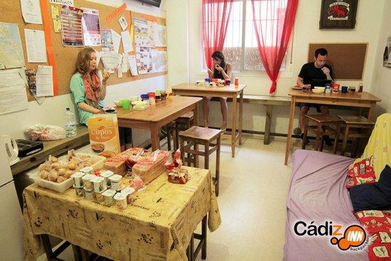 Cadiz Inn Backpackers: Kitchen during breakfast