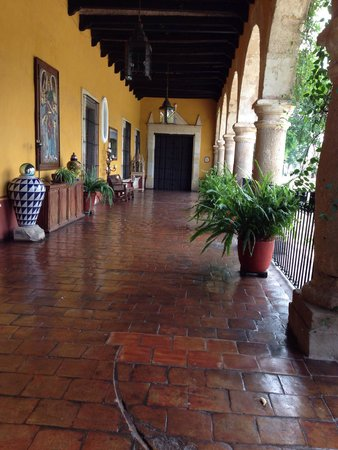 Hacienda El Carmen Hotel & Spa: A beautiful entrance with historic touched.