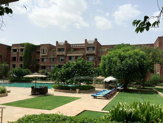 ITC Rajputana, Jaipur: The central pool area and the garden..