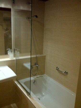 Hotel Castle Garden: ... mit Dusche und Wanne