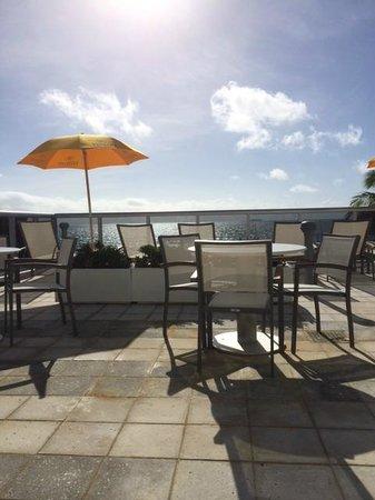 Hilton Cabana Miami Beach: pool area on 3rd floor - view of beach