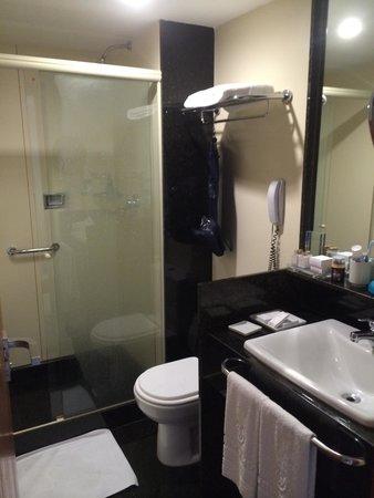 Windsor Plaza Copacabana Hotel: The bathroom in a room on the 20th floor.