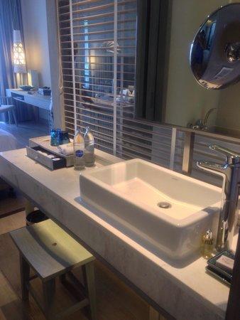 Pullman Phuket Arcadia Naithon Beach: Bathroom vanity area