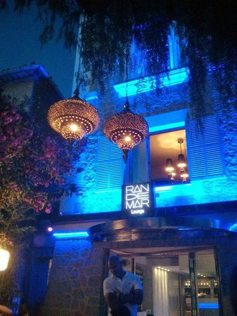 Restaurante Randemar: Front Entrance at Night