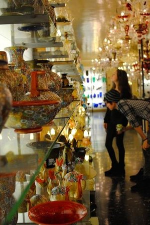 Italy Hotline Custom and Gourmet Tours: Touring a Murano glass workshop in Venice
