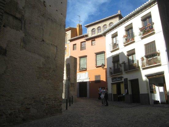 Puerta de Elvira : улочка за воротами Эльвира