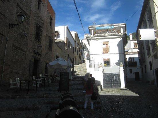 Puerta de Elvira : лесенка вдоль крепостной стены у ворот Эльвира