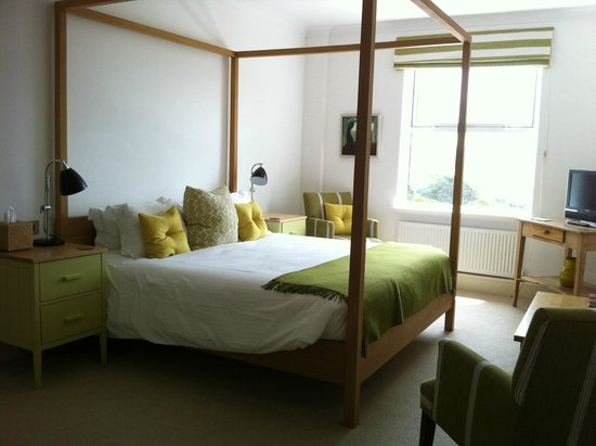 The St Enodoc Hotel: Double bed in main suite room.