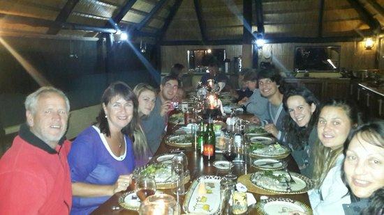 Ndhovu Safari Lodge: The Oosthuizens and Louws dining fantastic cuisine!