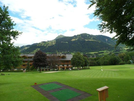 Rasmushof Hotel Kitzbühel: hotel visto dal campo da golf