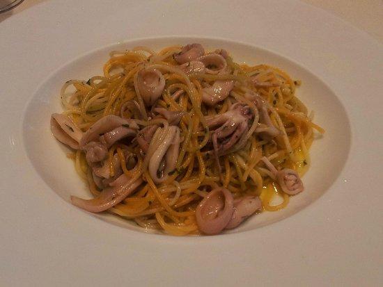 Sikera Bar Restaurante: Pasta salteada al ajillo con chipirones y gulas
