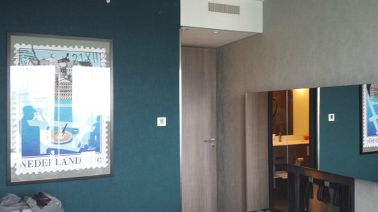 Ramada Apollo Amsterdam Centre : Entrance to the room...full length mirror opposite the bathroom