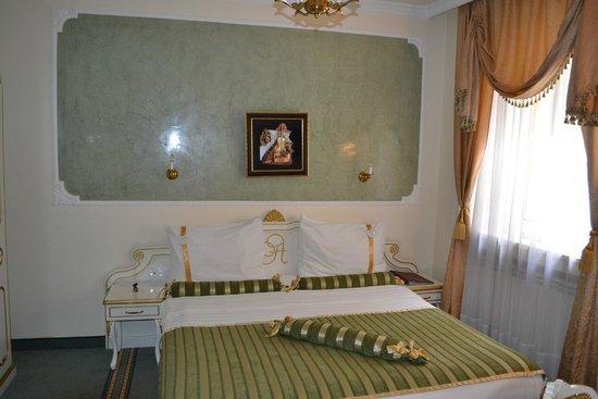 Queen's Astoria Design Hotel: Кровать в номере