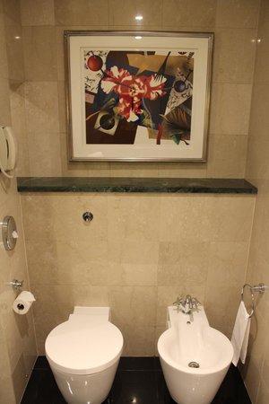Jumeirah Emirates Towers: Bath art