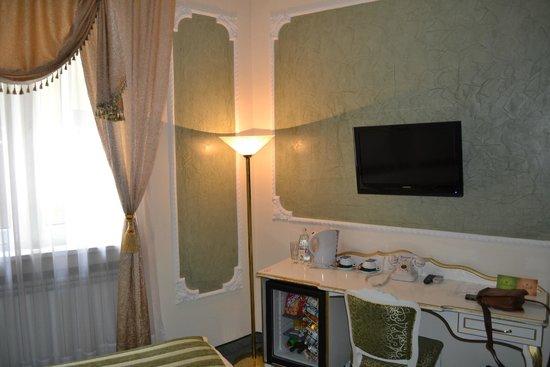 Queen's Astoria Design Hotel: Номер