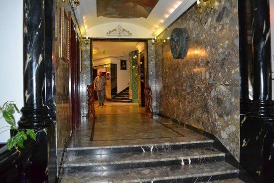 Queen's Astoria Design Hotel: Холл отеля