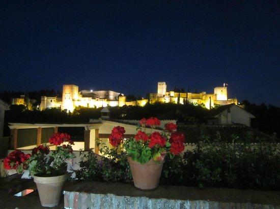 Albayzin: ночная Альгамбра-вид из кафе в районе Альбасина