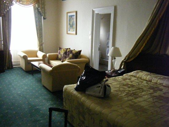 Oatlands Park Hotel: view towards the room lounge area (2117)