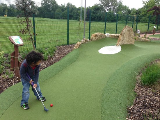 Mr Mulligan's Pirate Golf : Going for a curve shot around the outcrop