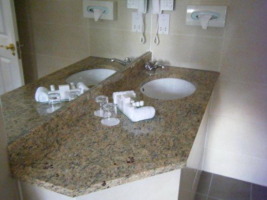 Oatlands Park Hotel: bathroom bits