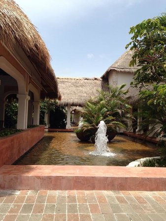 Now Sapphire Riviera Cancun : Main fountain