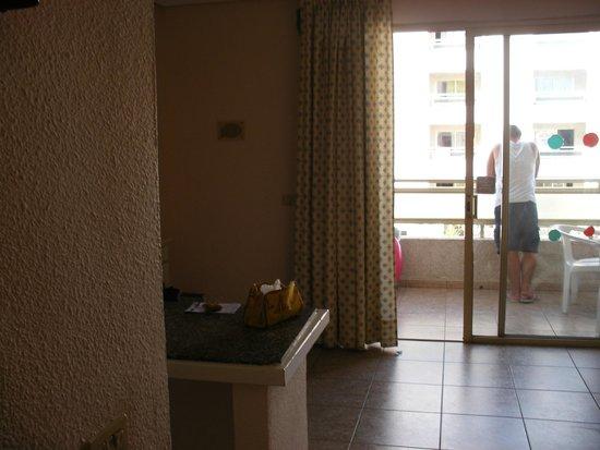 Kn Columbus Aparthotel : pokój i widok na balkon