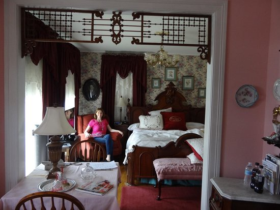 Aunt Daisy's Bed and Breakfast: The Victorian suite