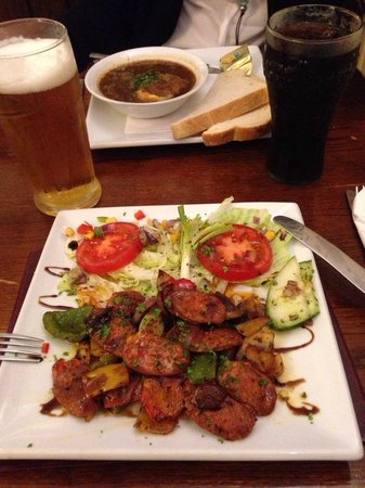 The Castle Inn : Starters: red ownions soup with bread & cheese and a salad with mushrooms & chorizo