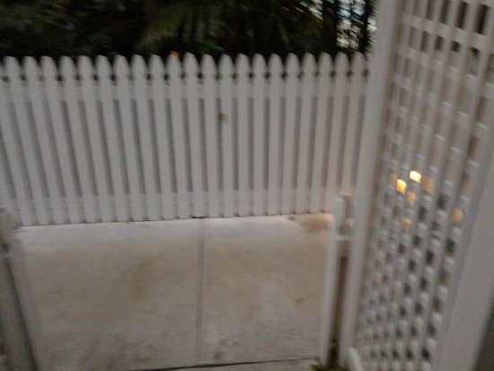 Parrot Key Hotel and Resort : fences along sidewalks made passing others difficult
