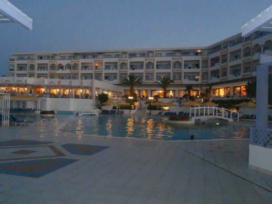 Mitsis Serita Beach Hotel: Hotel in the evening