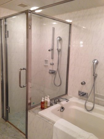SHIROYAMA HOTEL kagoshima: 部屋のバスルームとシャワー室