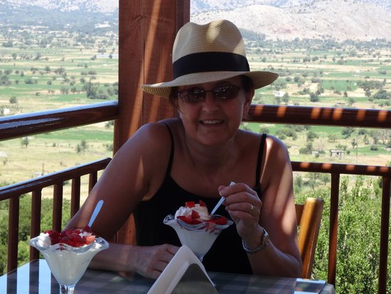 Lato Hotel : Me eating frozen yogurt in one of the tavernas near the plateauu