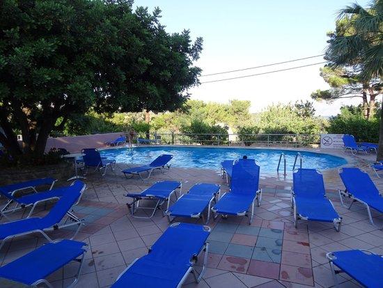 Lato Hotel : Pool and sun loungers