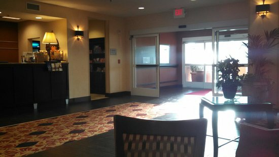 Hampton Inn & Suites Redding: Lobby