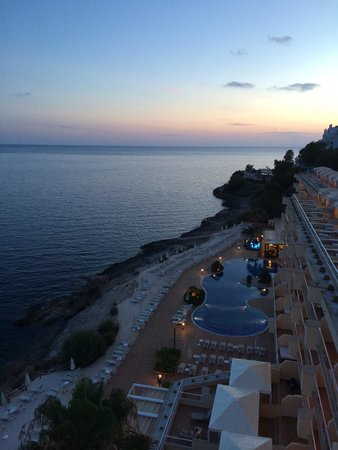 Iberostar uites Hotel Jardin del Sol: The hotel in evening
