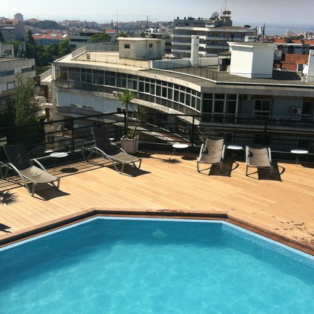 Holiday Inn Lisbon: Piscina convidativa