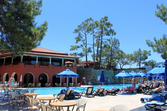 Sensimar Marmaris Imperial: The activity pool & Breeze bar. Upstairs level is the restaurant