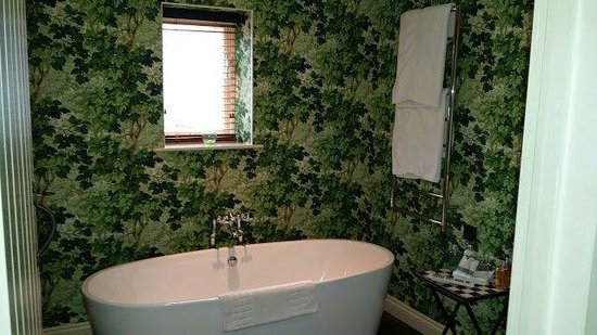 The Hare and Hounds Hotel: bathroom in lodge