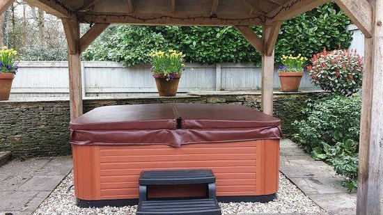 The Hare and Hounds Hotel: private hot tub