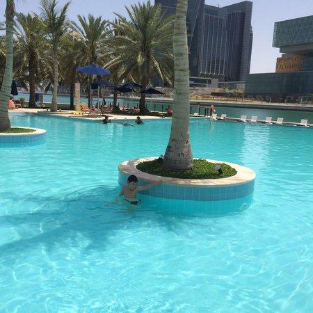 Beach Rotana: Piscina. Pool