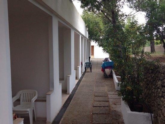 Villaggio Camping Baia Falcone: Gli appartamenti dietro il ristorante.
