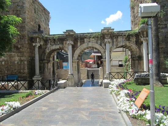Hadrian's Gate : de gate vanaf de drukke straat